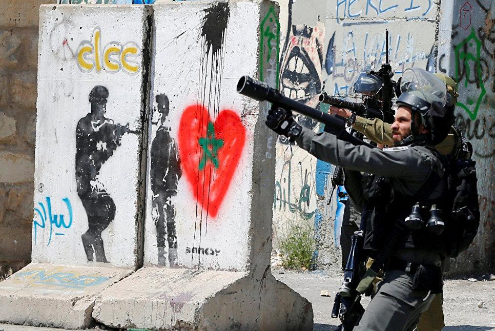 Израильские солдаты во время столкновений с палестинскими демонстрантами в городе Вифлеем, Израиль. 17 апреля 2017 год
