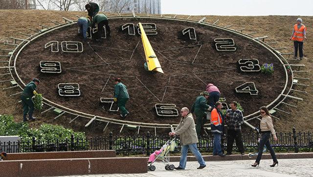 Цветочные часы на Поклонной горе в Москве заведут 1 мая