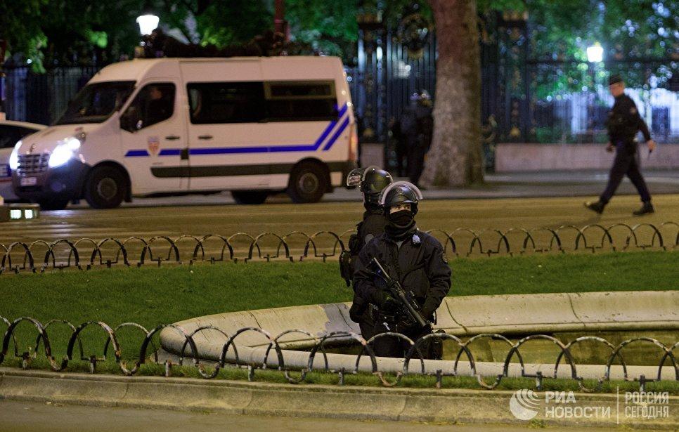 Сотрудники полиции дежурят неподалеку от места перестрелки в Париже