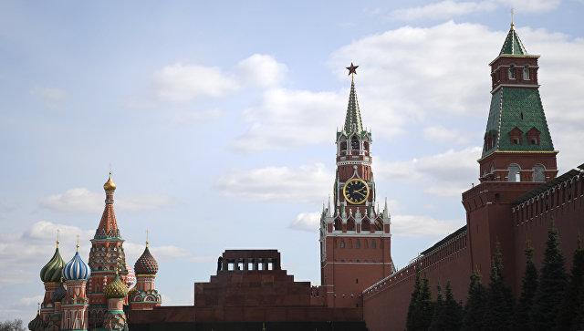 Вид на Собор Василия Блаженного, мавзолей В.И. Ленина и Спасскую башню Московского кремля