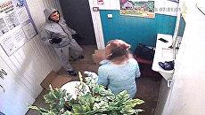 Фото с камеры видеонаблюдения ограбленного ломбарда в городе Энгельс Саратовской области