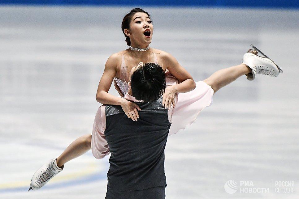 Ван Шиюэ и Лю Синьюй выступают в произвольной программе танцев на льду на командном чемпионате мира по фигурному катанию в Токио