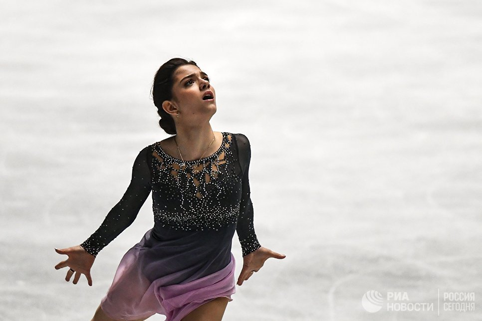 Евгения Медведева выступает в произвольной программе женского одиночного катания на командном чемпионате мира по фигурному катанию в Токио
