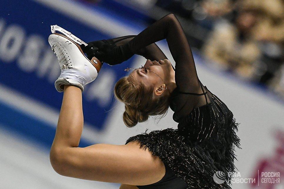 Елена Радионова выступает в короткой программе женского одиночного катания на командном чемпионате мира по фигурному катанию в Токио