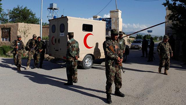 Афганские военные у входа на военную в городе Мазари-Шариф на следующий день после террористической атаки. 22 апреля 2017
