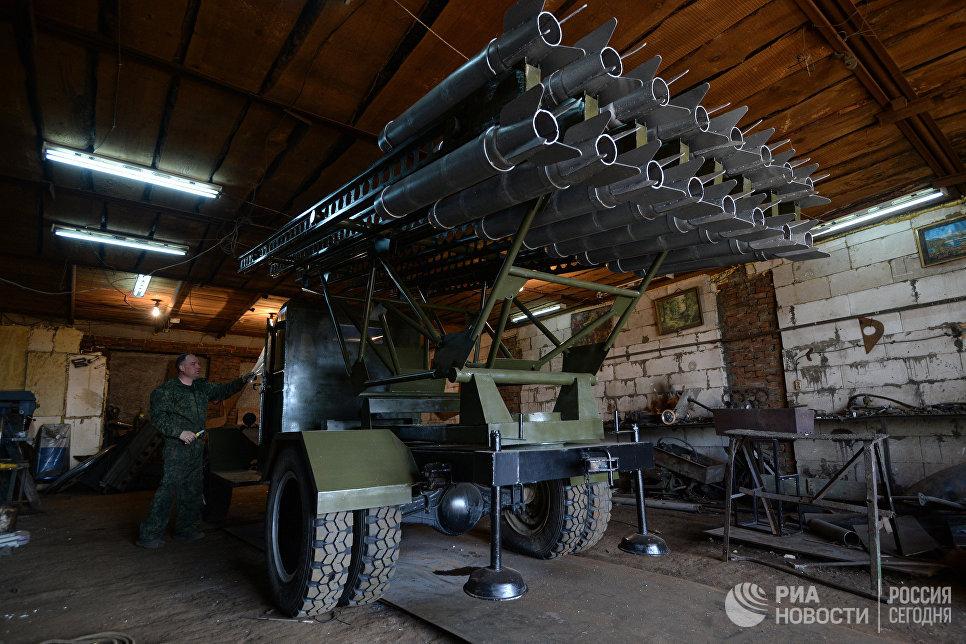 Мастер Максим Свекла в своей мастерской возле БМ-13 Катюшав поселке Большой Оеш Новосибирской области