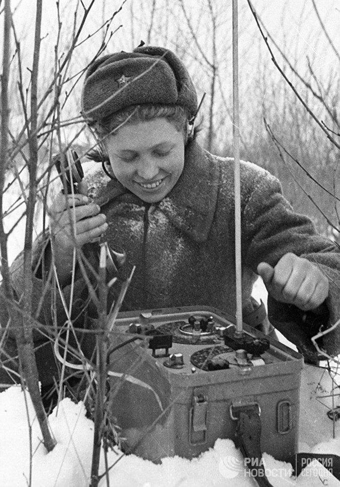 Девушка-связистка у полевого телефона в годы ВОВ