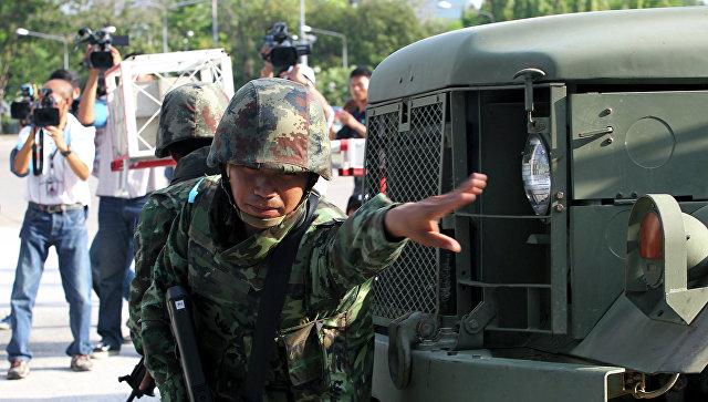 Тайский солдат возле здания армейского клуба в Бангкоке