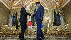 Президент РФ Владимир Путин и премьер-министр Японии Синдзо Абэ во время встречи в Москве. 27 апреля 2017 года