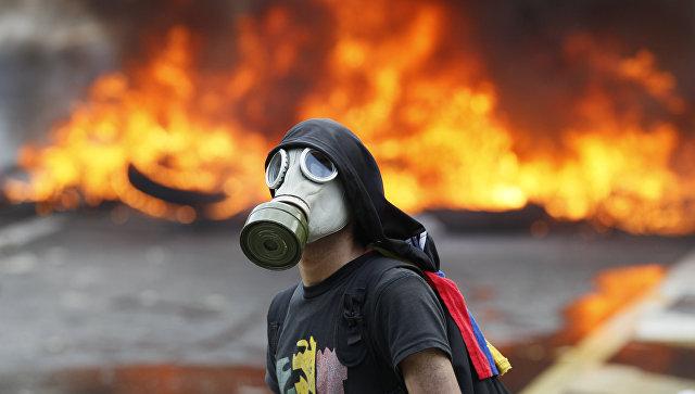 Участник антиправительственной акции протеста в Каракасе, Венесуэла. 24 апреля 2017