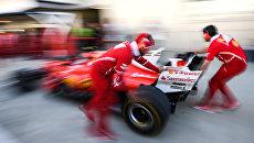 Болид команды Феррари на пит-лейне Сочи Автодрома, где пройдет российский этап чемпионата мира по кольцевым автогонкам в классе Формула-1