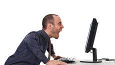 Мужчина злится у экрана монитора. Архивное фото