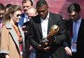 Марсель Десайи с трофеем Кубка Конфедераций 2017 на церемонии открытия Парка Кубка Конфедераций 2017 на территории парка искусств Музеон