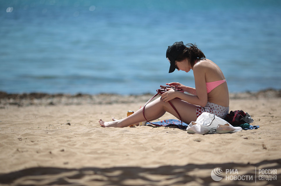 Отдыхающая на пляже в Евпатории