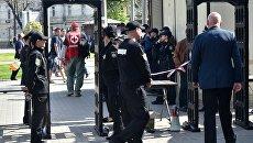 Сотрудники полиции во время акции в память о погибших при пожаре в Доме профсоюзов на площади Куликово поле в Одессе. Архивное фото