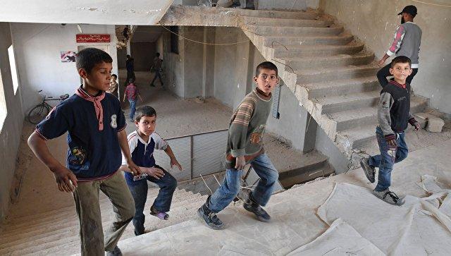 На крытом стадионе во время футбольного матча между командами сотрудников общества Красного Креста и Красного Полумесяца и студентами в сирийском городе Дейр-эз-Зор