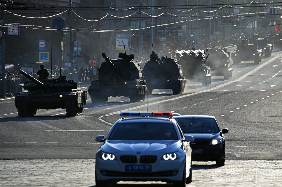 Танк Т-72Б3, самоходные гаубицы Коалиция-СВ и Мста-С, зенитные ракетные комплексы БУК-М2 и Тор-М2У во время репетиции парада Победы в Москве
