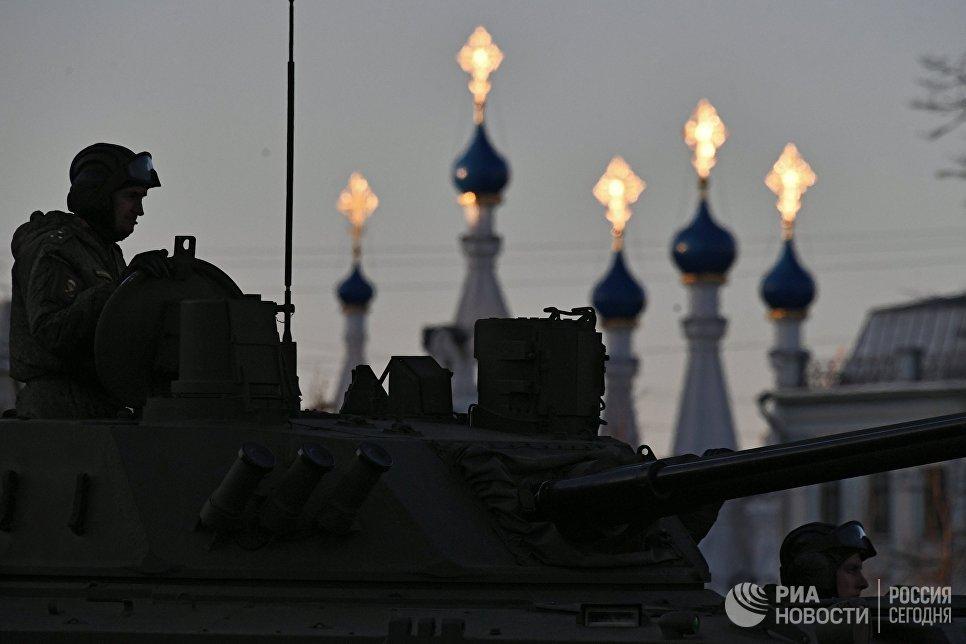 Военнослужащие на боевой машине десанта БМД-4М во время репетиции парада Победы в Москве