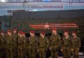 Военнослужащие у оперативно-тактического ракетного комплекса Искандер во время репетиции парада Победы в Москве