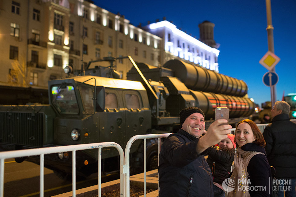 Прохожие фотографируются на фоне зенитной ракетной системы С-400 Триумф во время репетиции парада Победы в Москве