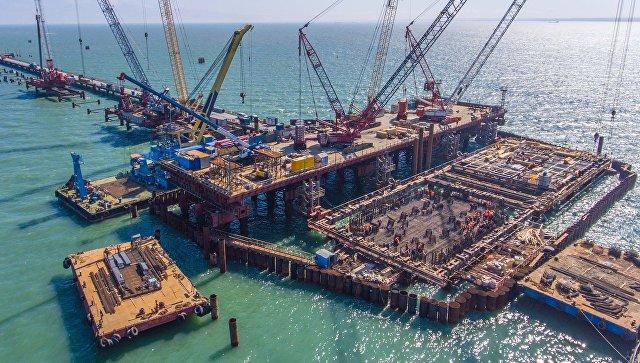 Установка опор моста через Керченский пролив в Крыму. 4 мая 2017