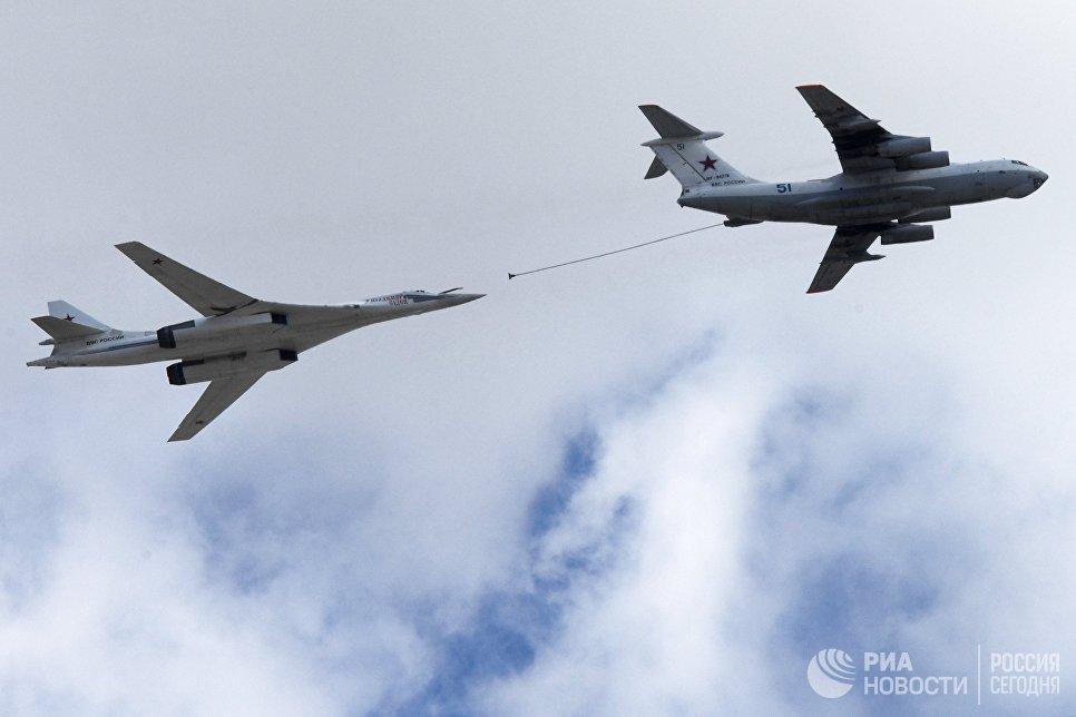 Самолет-заправщик Ил-78 (справа) и сверхзвуковой стратегический бомбардировщик-ракетоносец Ту-160 Владимир Судец на репетиции воздушной части парада Победы в Москве