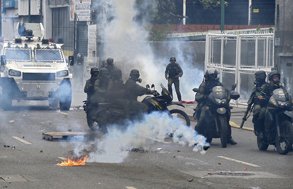 Омоновцы на мотоциклах во время столкновений в знак протеста против президента Венесуэлы Николаса Мадуро в Каракасе. Венесуэла, 3 мая 2017