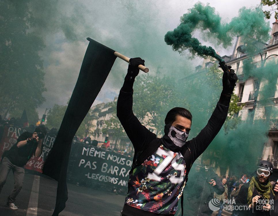 Участники беспорядков во время первомайской демонстрации в Париже