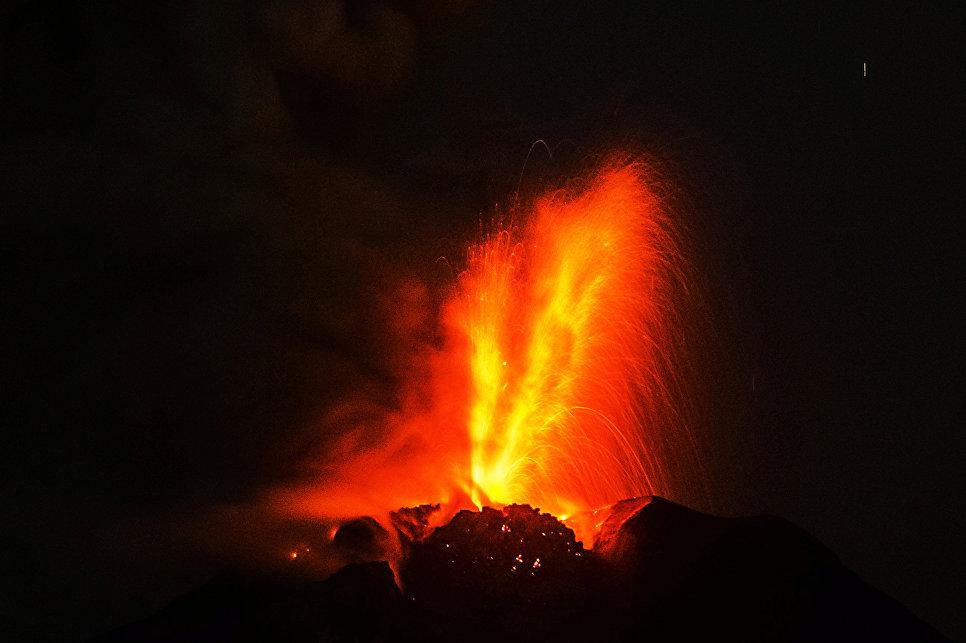 Извержение вулкана Синабунг.