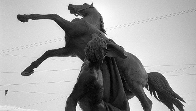 Вандалы расписали краской скульптуры коней Клодта наАничковом мосту вПетербурге