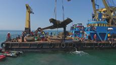 Строители Керченского моста краном подняли со дна истребитель времен ВОВ