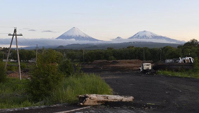 Знамя Победы cотрудники экстренных служб подняли навершину вулкана наКамчатке