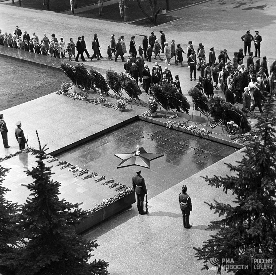 Эконом памятник Купола с профильной резкой Клинцы Мемориальный одиночный комплекс с крестом Библиотека им. Ленина