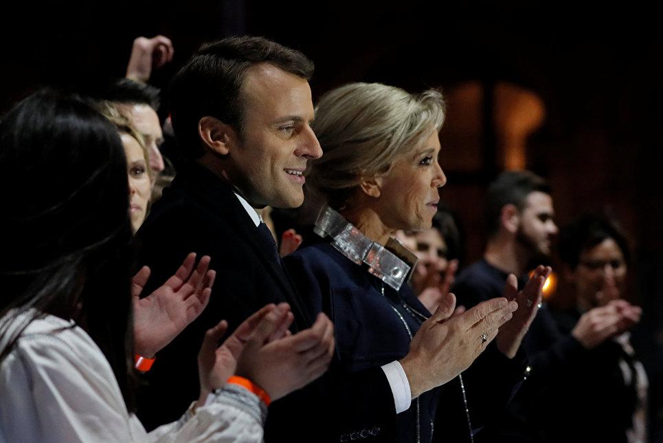 Лидер движения En Marche Эммануэль Макрон с женой празднуют победу на президентских выборах перед Лувром в Париже