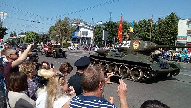 Полчаса Победы: парад в Кривом Роге прошел под запрещенным красным знаменем