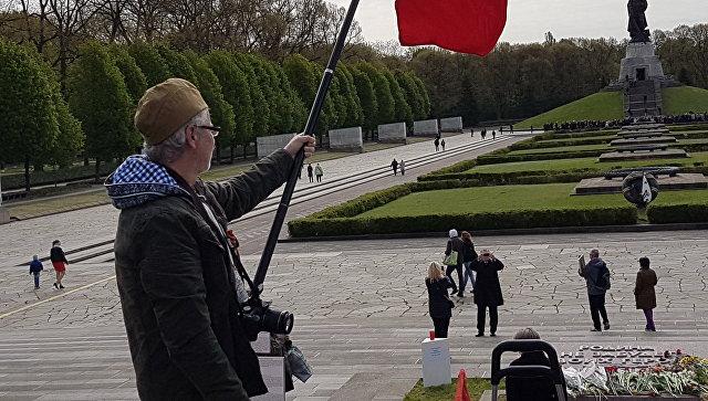 Дипломаты возложили цветы ксоветскому мемориалу вТрептов-парке вБерлине