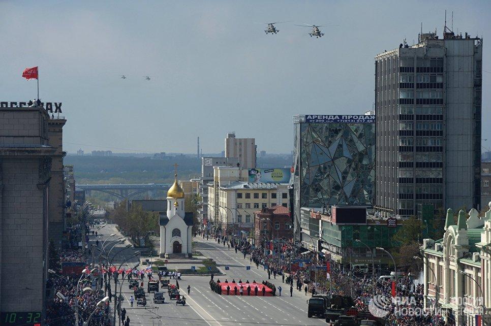 Вертолёты Ми-8 АМТШ во время военного парада на площади им Ленина в Новосибирске, посвящённого 72-й годовщине Победы в Великой Отечественной войне 1941-1945 годов