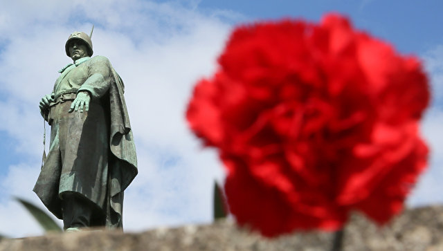 Дипломаты различных стран возложили цветы кмемориалу вТрептов-парке вБерлине