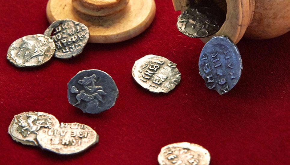 Cеребряные монеты времен Ивана Грозного, найденные в центре Москвы