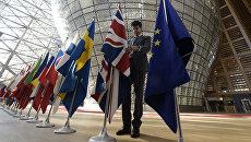 Флаги стран-участниц Евросоюза и Великобритании в здании штаб-квартиры ЕС в Брюсселе. Архивное фото