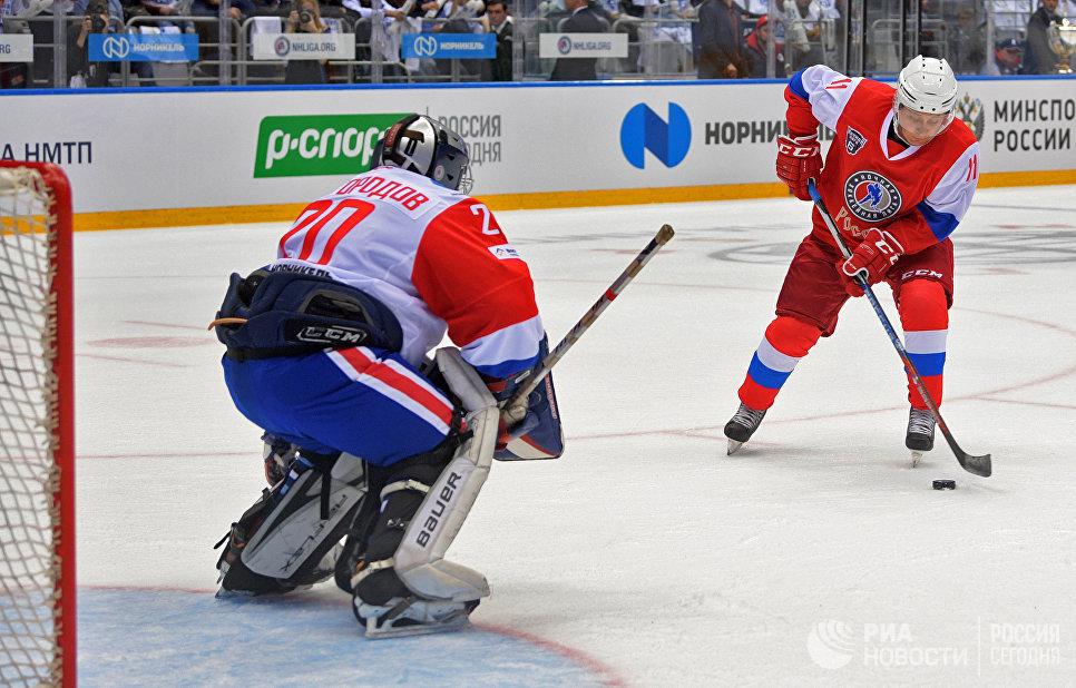 Президент РФ Владимир Путин в гала-матче VI Всероссийского фестиваля Ночной хоккейной лиги в ледовом дворце Большой Олимпийского парка Сочи