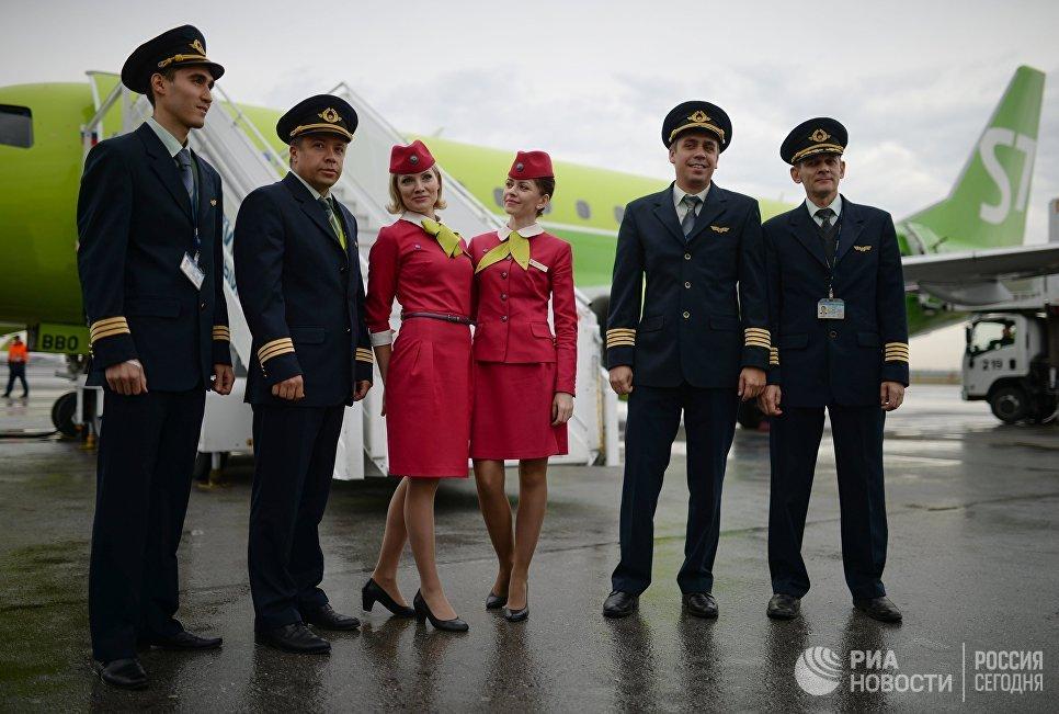Экипаж нового в России регионального самолета Embraer E170LR авиакомпании S-7 в Новосибирске