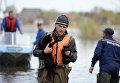 Спасатель МЧС РФ эвакуирует кошек в городе Ишим Тюменской области, подтопленного в результате сильного поднятия воды в реках Ишим и Карасуль