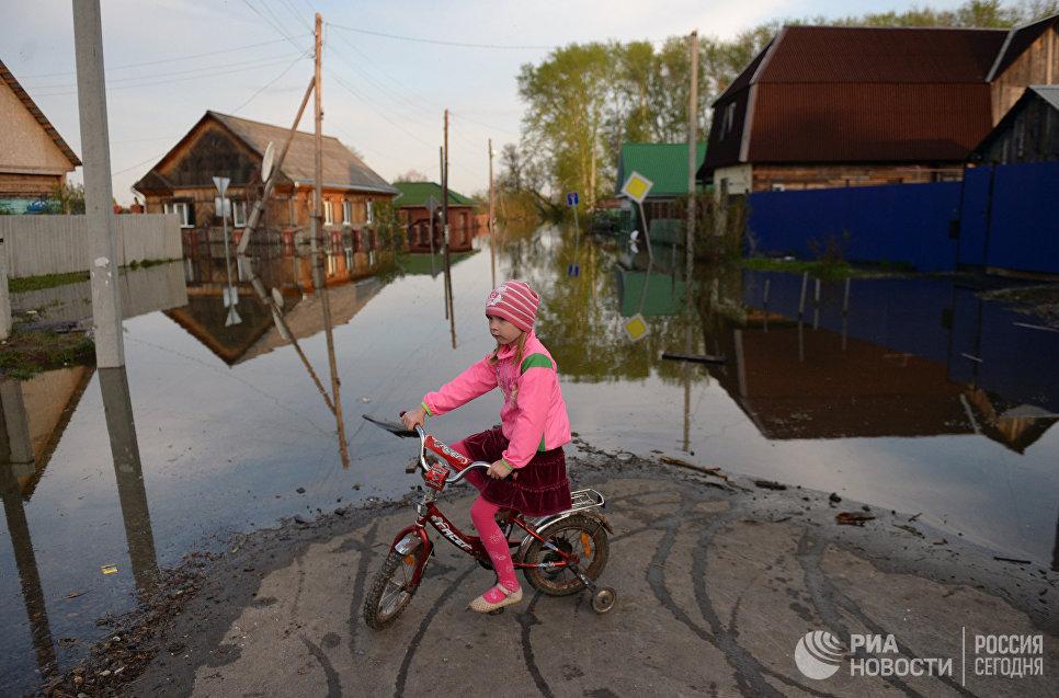 Девочка в городе Ишим Тюменской области, подтопленном в результате сильного поднятия воды в реках Ишим и Карасуль