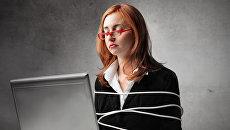 Связанная девушка за компьютером