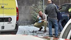 Сотрудники правоохранительных органов на месте взрыва в Риме, Италия. 12 мая 2017