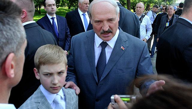 Президент Белоруссии Александр Лукашенко с сыном Николаем. Архивное фото