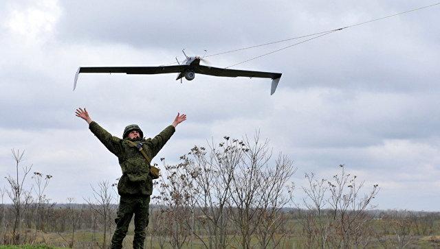 Российские военнослужащий запускает беспилотный летательный аппарат. Архивное фото