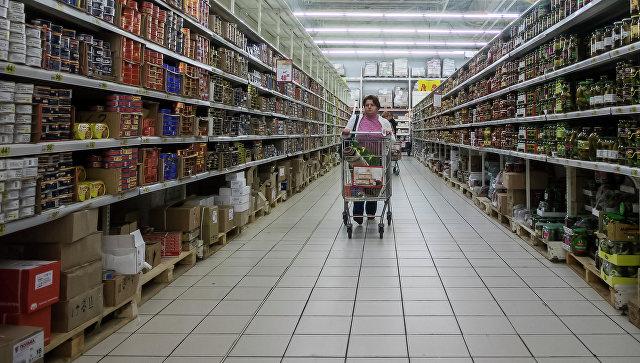Посетительница в гипермаркете. Архивное