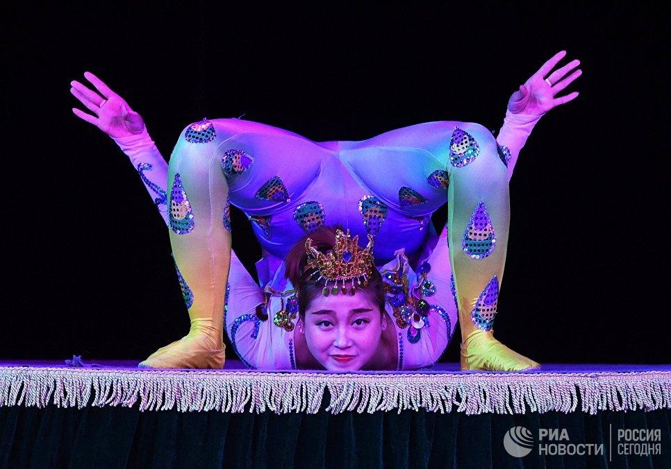 Артистка Императорского Пекинского цирка во время выступления в Вегас Сити Холле